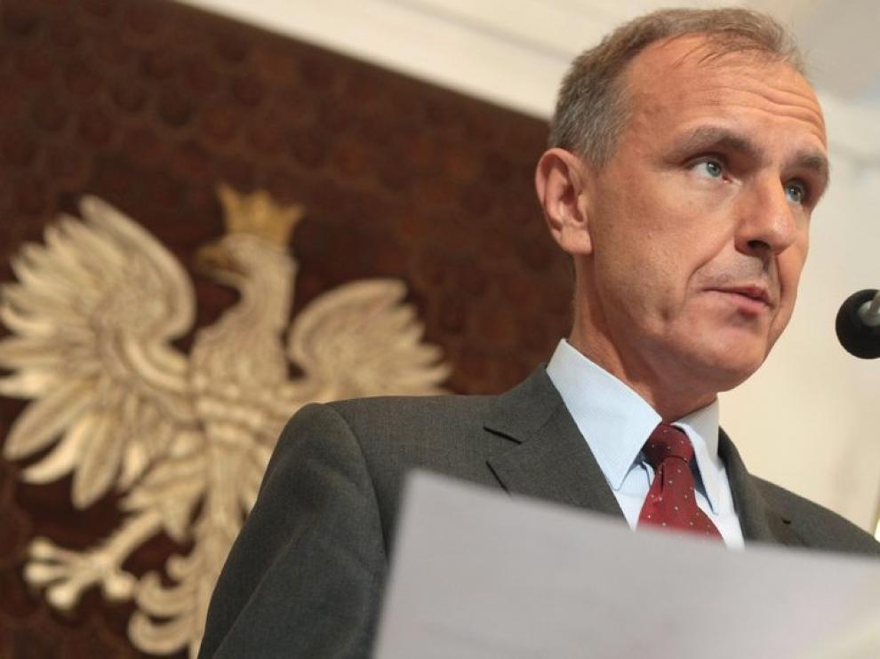 El ministro polaco comparece ante los medios tras dimitir después de conocerse el informe