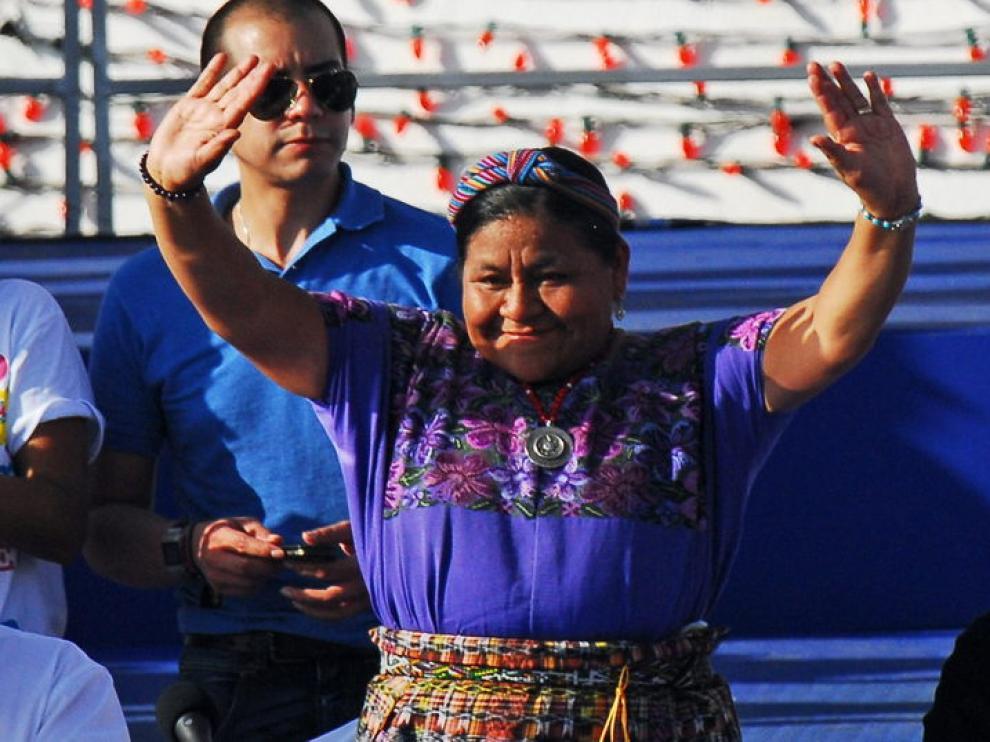 Rigoberta Menchú saluda a simpatizantes durante la celebración del 32 aniversario de la Revolución Sandinista.