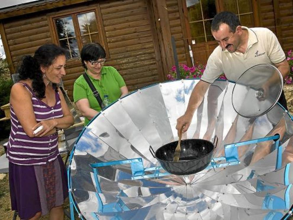 Javier Mañas, en el albergue Allucant, cocina en una parabólica solar junto a vecinos de Gallocanta.