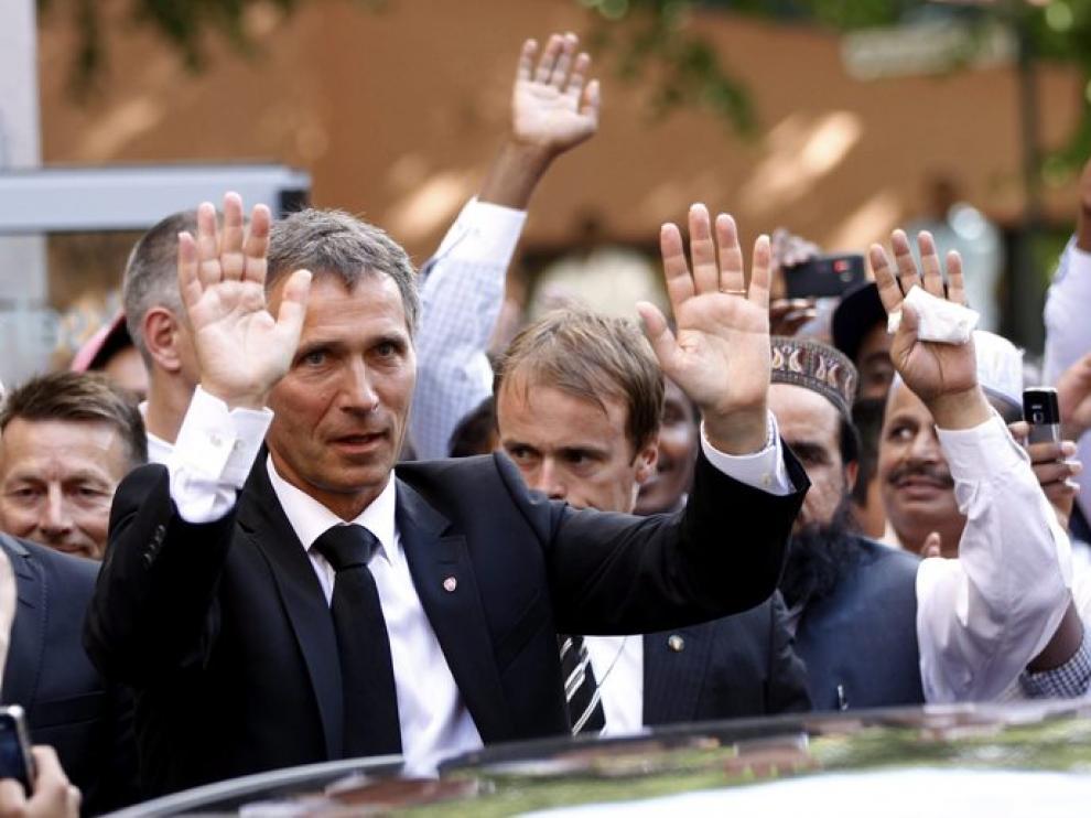El primer ministro Stoltenberg saluda tras el funeral por las víctimas de los atentados