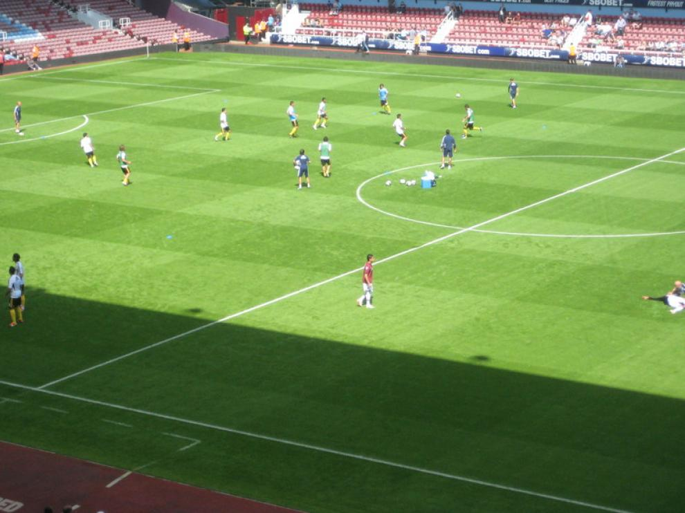 Los jugadores zaragocistas se ejercitan minutos antes del encuentro.