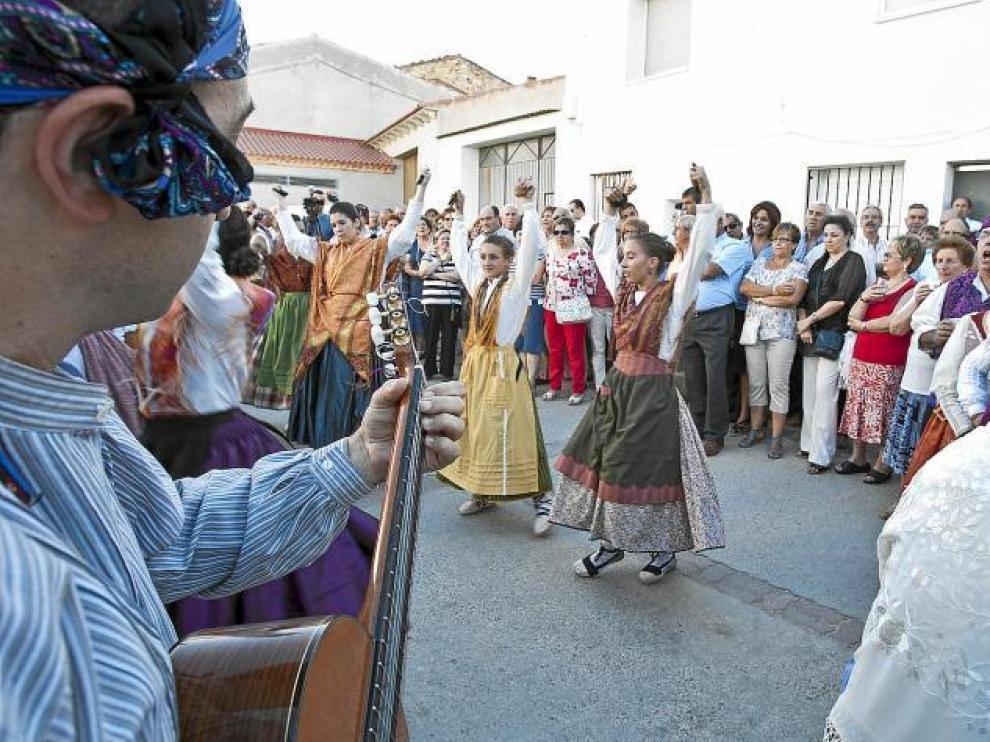 El grupo Joteros de Lécera rondó ayer por las calles del pueblo.