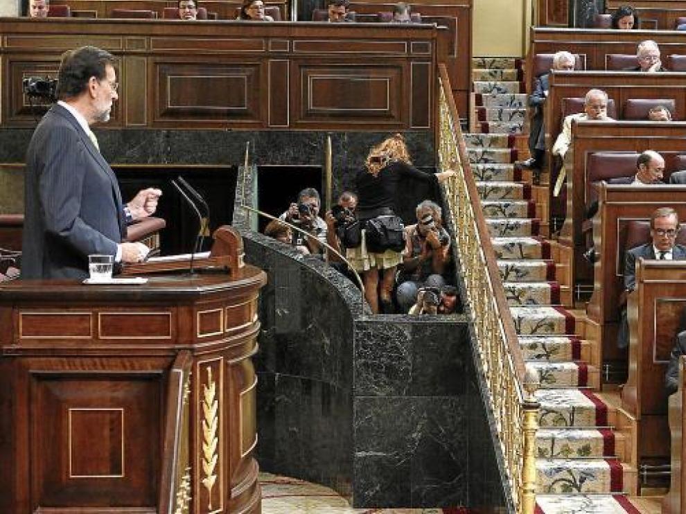 Rajoy, con Rubalcaba en su escaño.