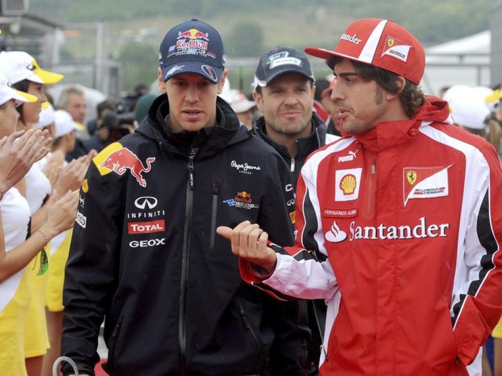 Vettel y Alonso conversan durante el desfile de pilotos del GP de Hungría