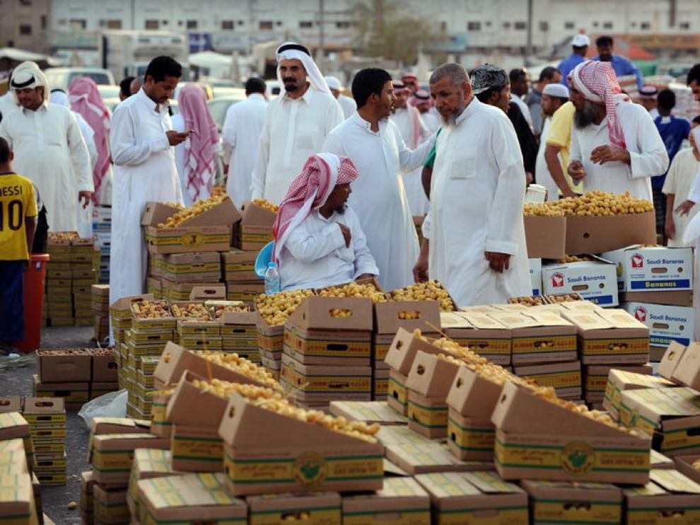 Algunos hombres realizan compras para el ramadán en un mercado de Riyadh