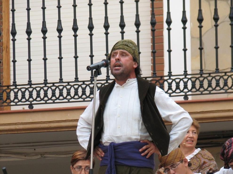 Un jotero canta con la rondalla en el festival del año pasado.