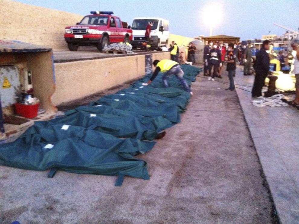 Cadáveres de inmigrantes fallecidos en Lampedusa, Italia