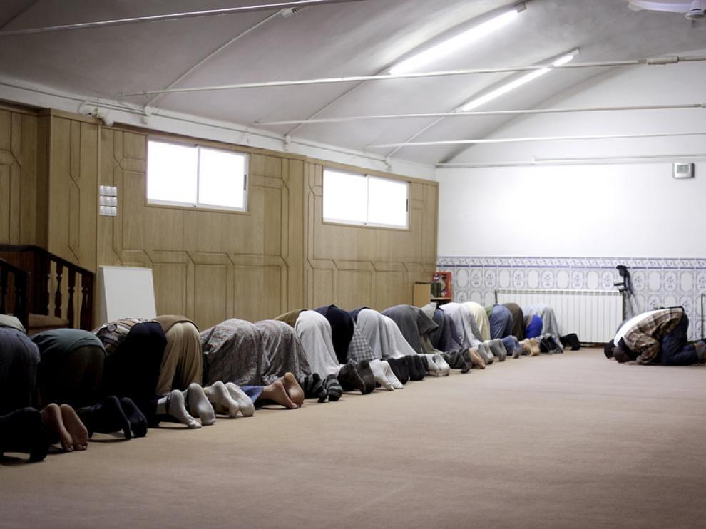 Varios musulmanes rezan en la mezquita el barrio Oliver de Zaragoza.