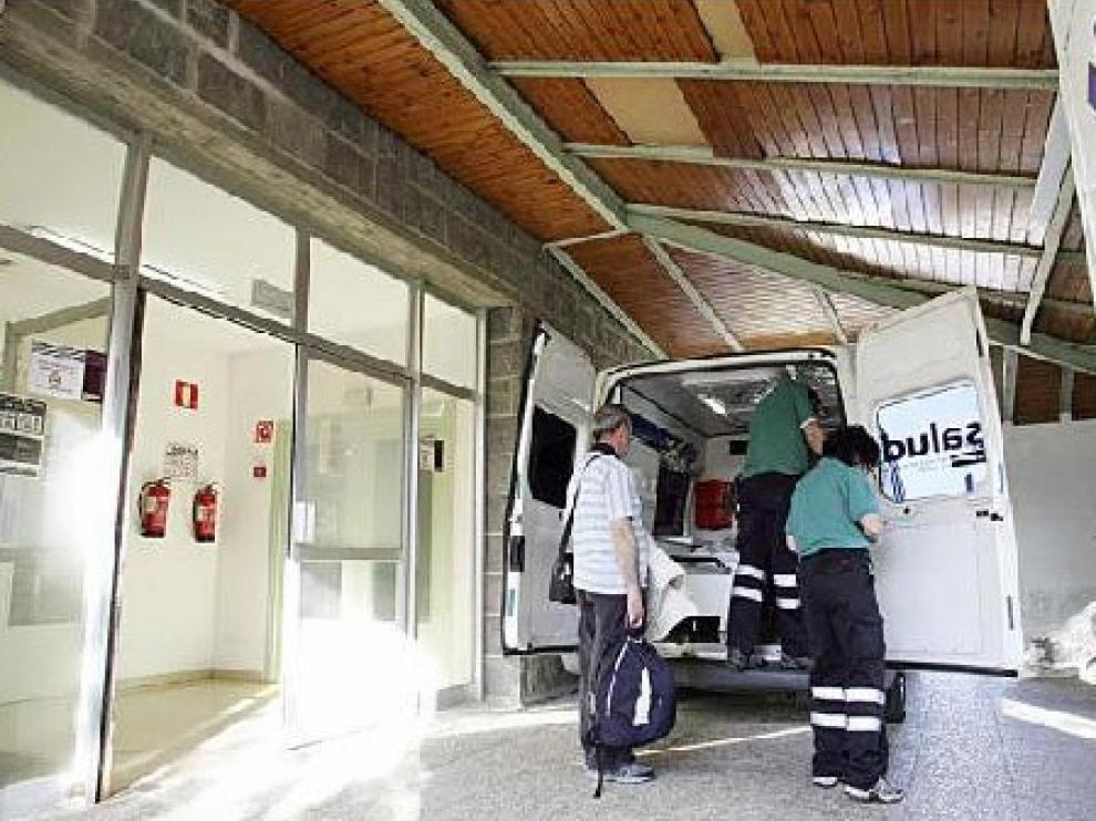Imagen de archivo de una ambulancia en la puerta del servicio de urgencias del Hospital de Jaca.