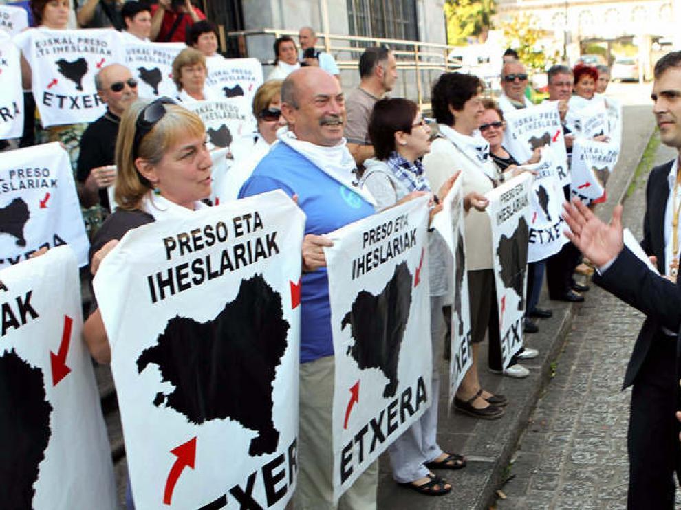 Martín Garitano saluda a familiares de presos etarras