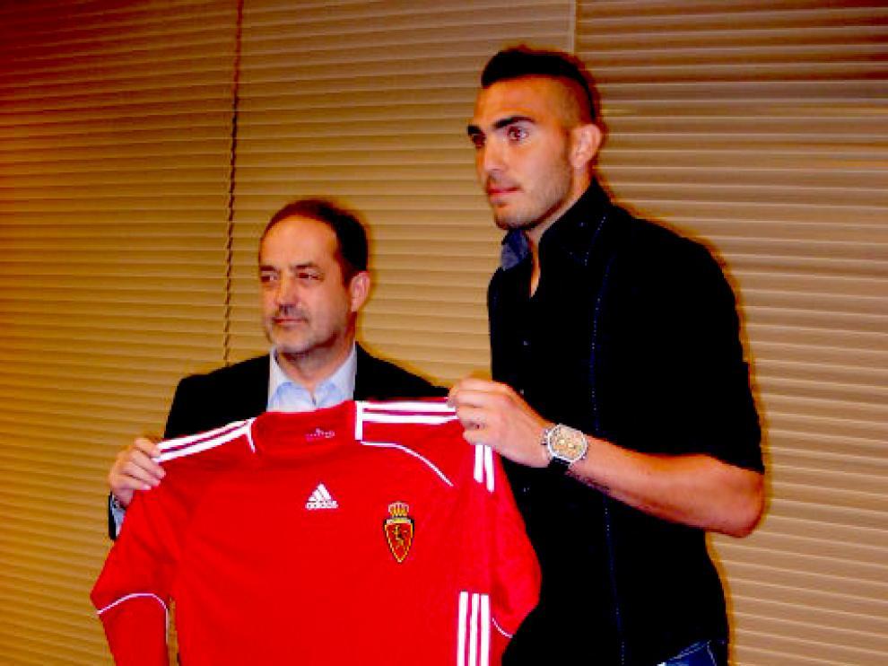 Roberto llega traspasado y ha firmado por cinco temporadas.