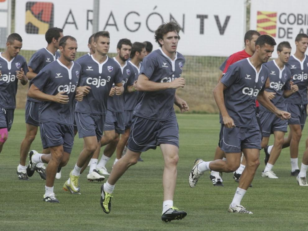 Los futbolistas del Huesca realizan carrera continua durante el entrenamiento de la tarde en el Instituto Montearagón.