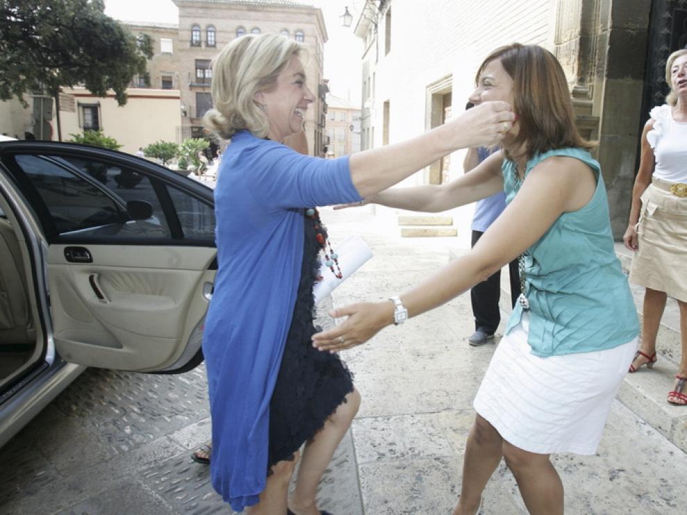 La alcaldesa Ana Alós (dcha.) recibe a la consejera Dolores Serrat a su llegada al Ayuntamiento.