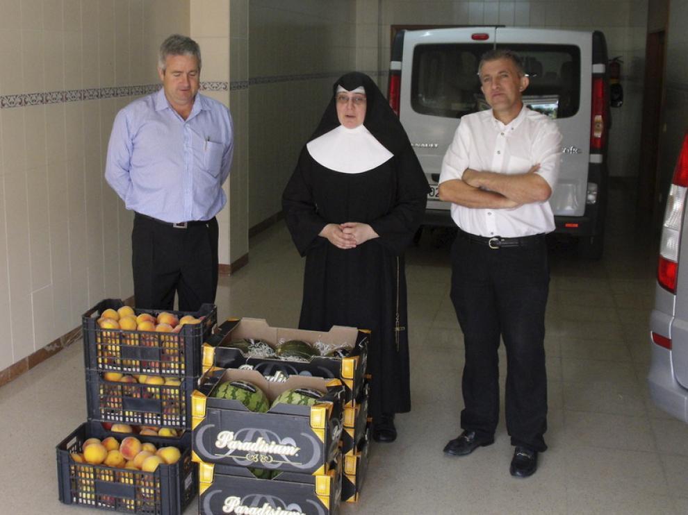 Reparto de fruta ayer en la residencia de Saturnino López Novoa.