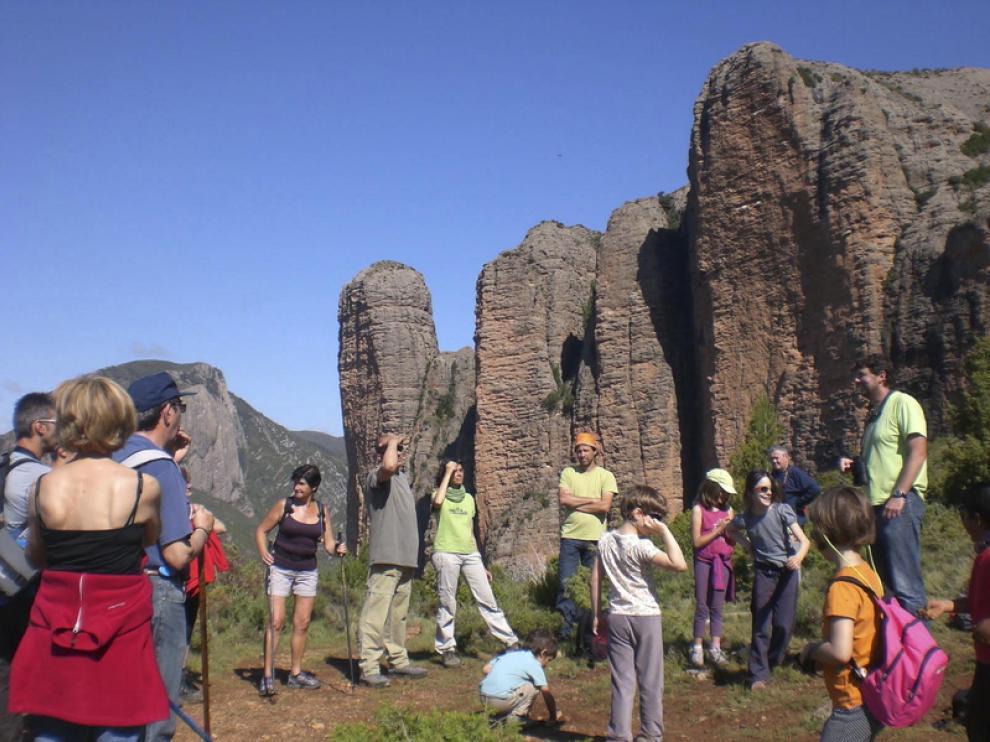 Un grupo de participantes en el programa, ante los mallos de Riglos.