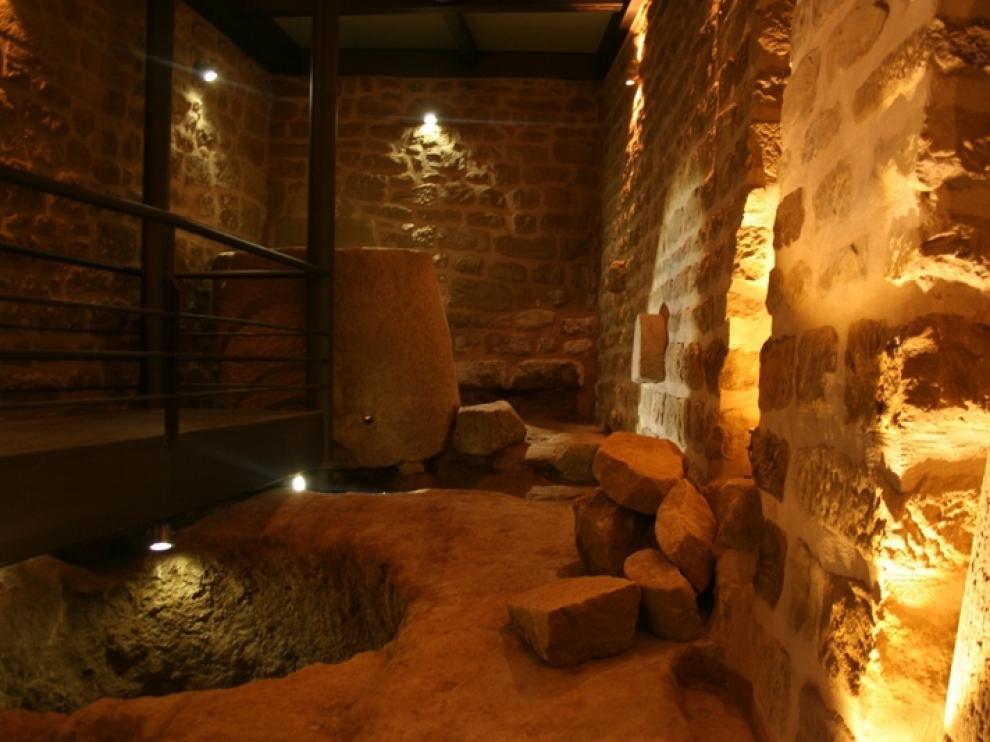 Una gran pieza de piedra con desagüe.