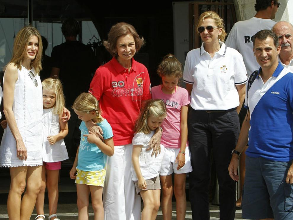 Las infantas, rodeadas de parte de la familia real en Palma de Mallorca