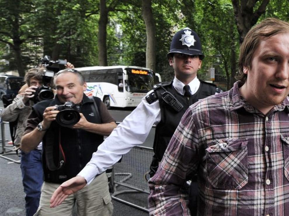Jonathan May-Bowles (d) se presenta ante la Corte de Magistrados de Westminster