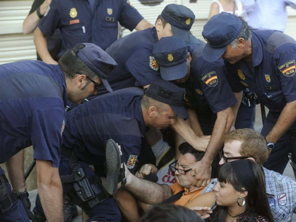 Varios policías desalojan la concentración en la Puerta del Sol