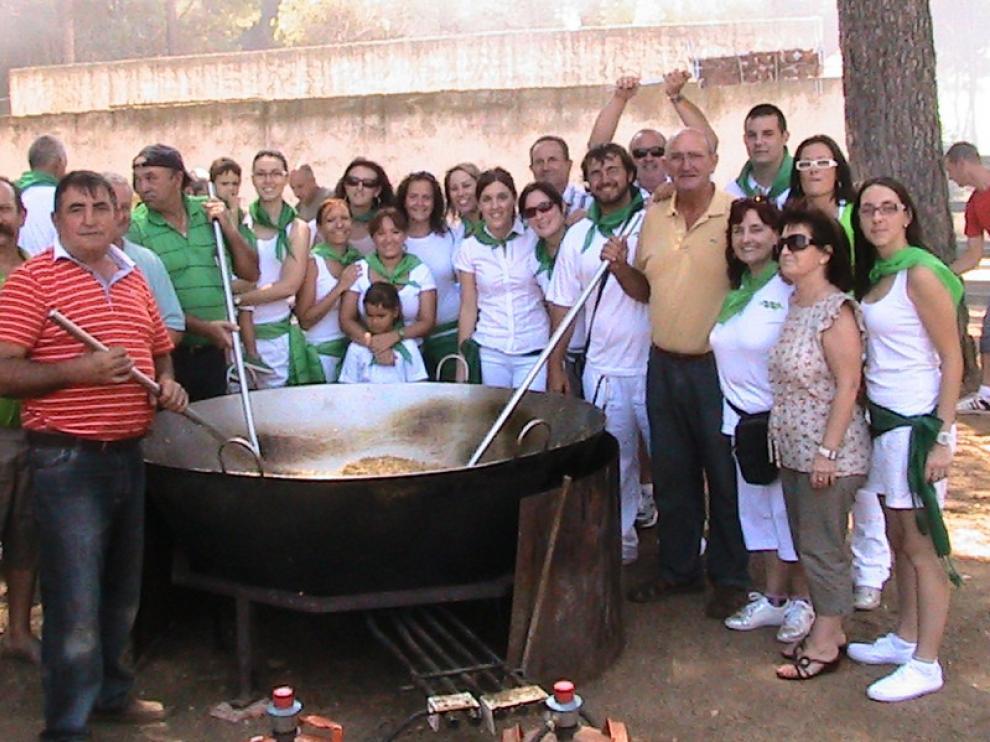 Vecinos de Bardenas disfrutan de una comida popular.