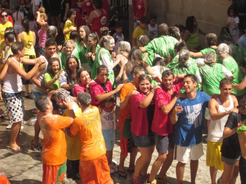 Los peñistas llenaron de color las calles del municipio.
