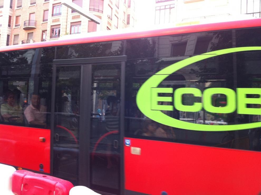 Pasajeros en un autobús de Tuzsa
