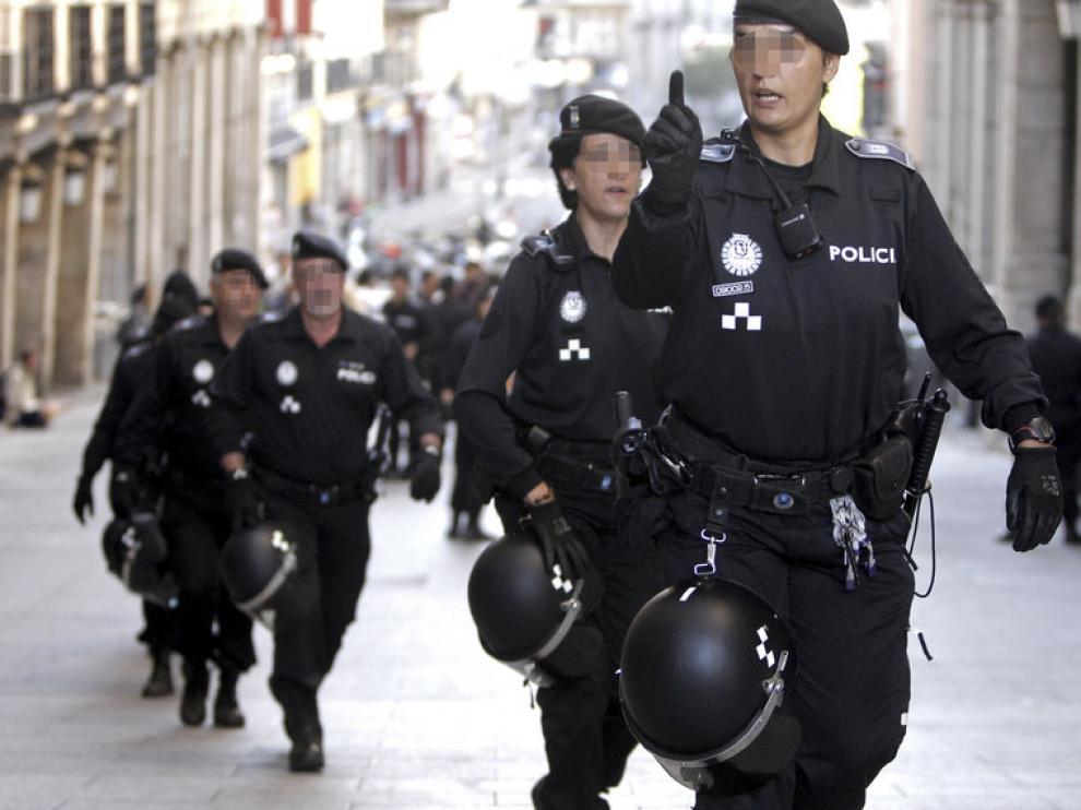Varios policias se dirigen a la Plaza Mayor