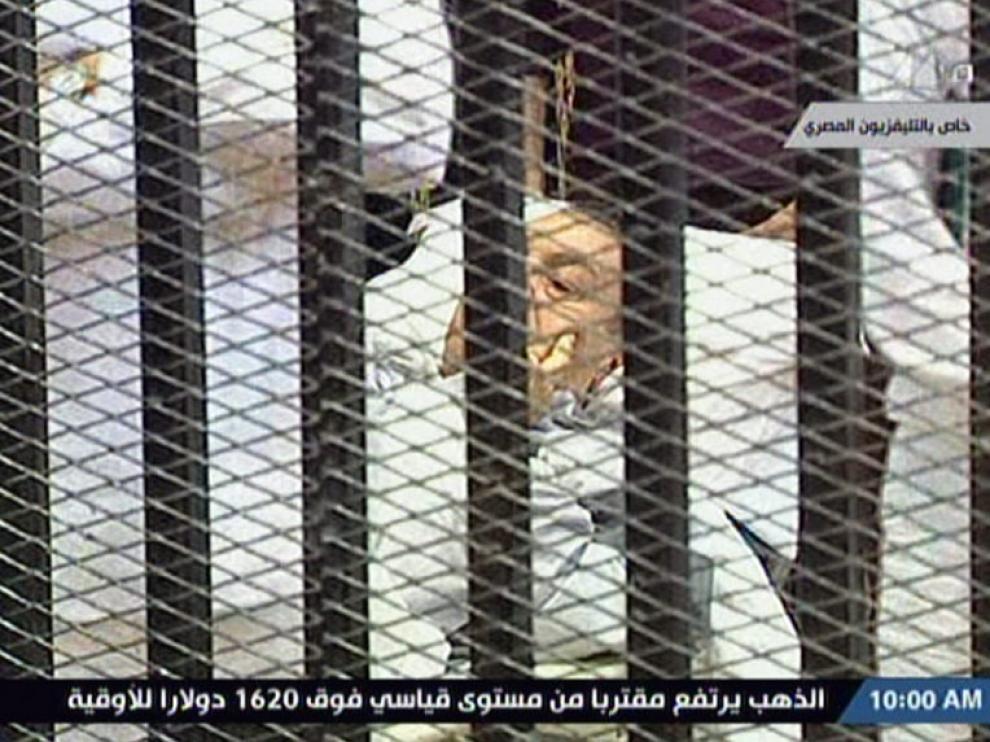 El ex presidente egipcio entró en camilla a la sala donde es juzgado