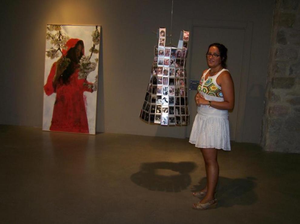 La artista grausina, Peña Marín, en la Casa Heredia junto a sus obras.