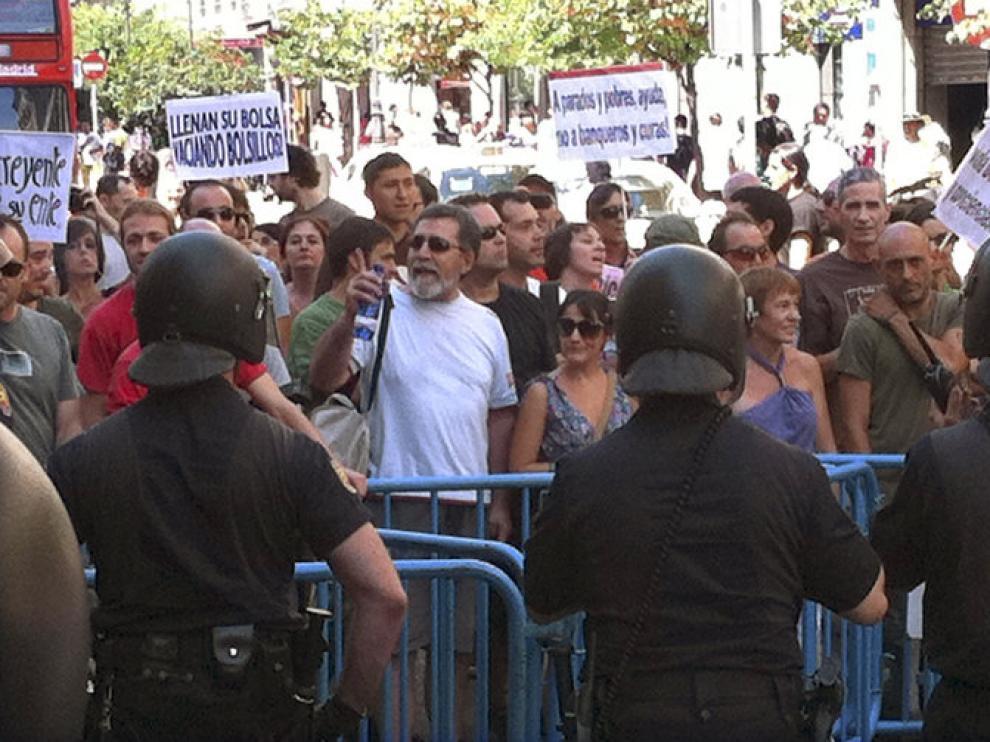 Varios agentes acordonan los acesos a la Puerta del Sol este jueves.