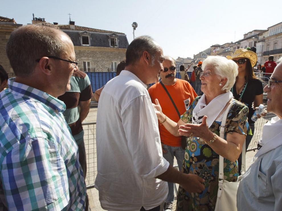 El diputado general de Gipúzcoa, Martín Garitanoy el alcalde de San Sebatián saludan a los representantes de la asociación de familiares de presos de ETA
