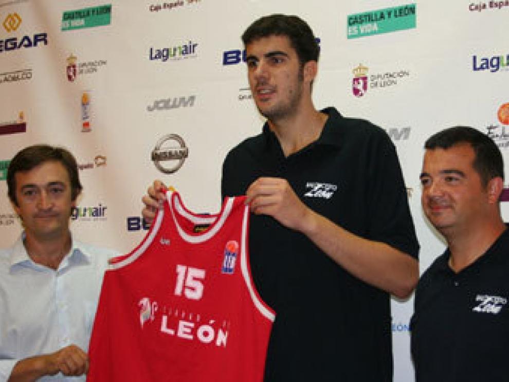 Imagen de la presentación de Fontet en el Baloncesto León