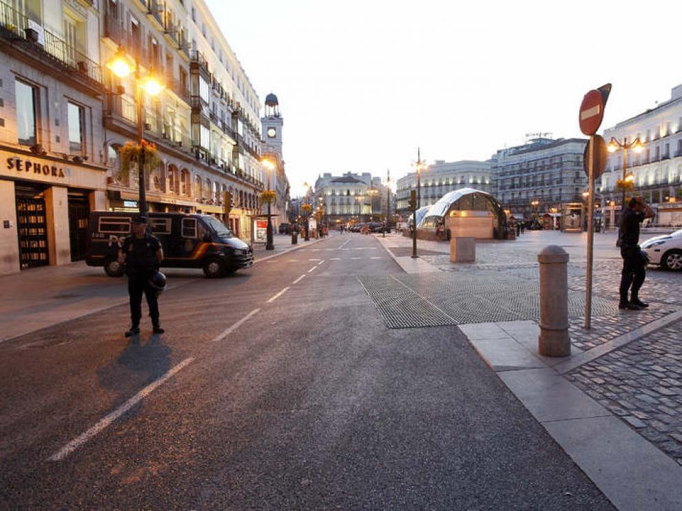 Anochece en una vacía Puerta del Sol debido a los fuertes dispositivos policiales que impiden el paso de los 'indignados'.