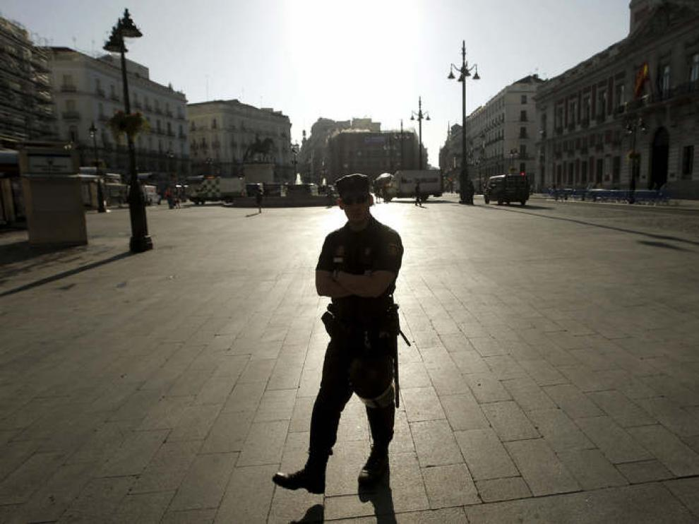 Varios agentes vigilan las calles que confluyen en la Puerta del Sol
