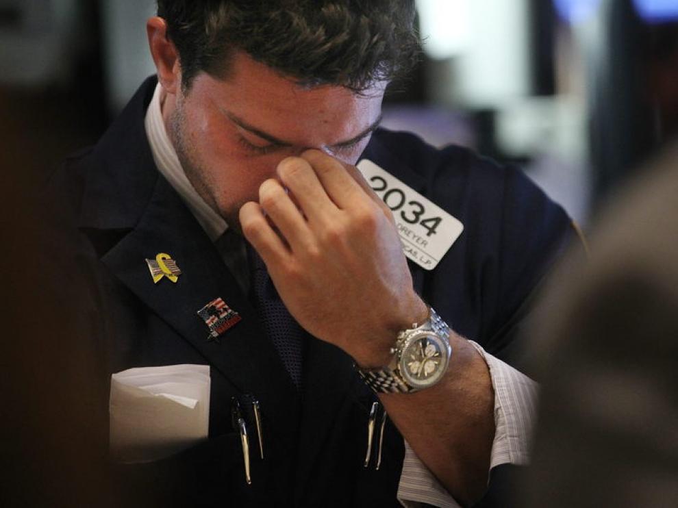 Un corredor de bolsa nte la caída de Wall Street