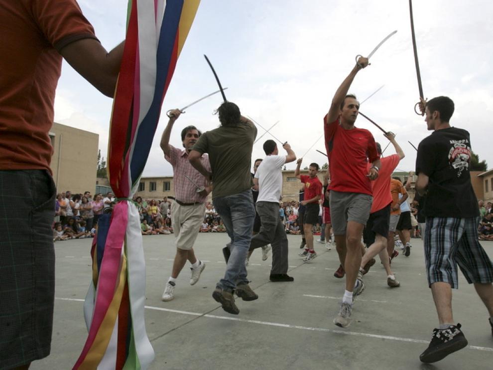 Los danzantes de Huesca bailan el dance de las espadas ante la atenta mirada del numeroso público que se congregó en el Pío XII.