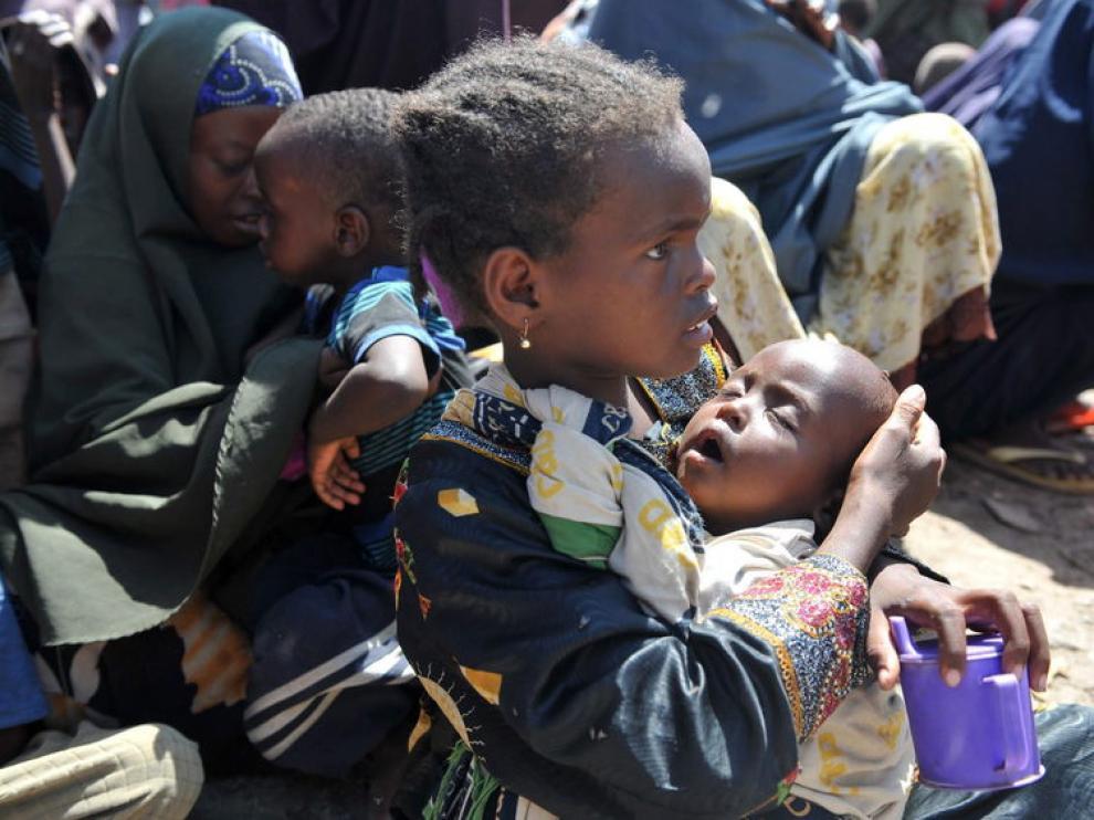 Una niña sosteniendo a su hermanita en un campamento en Mogadiscio