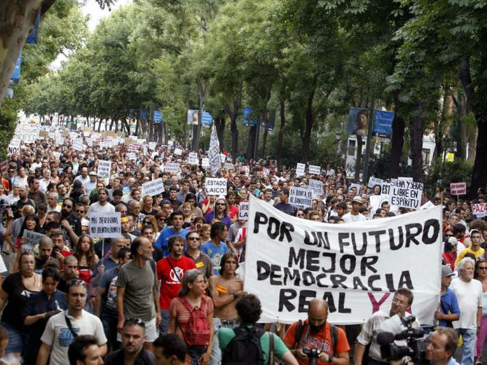 Participantes en el movimiento de indignados recorren el Paseo del Prado