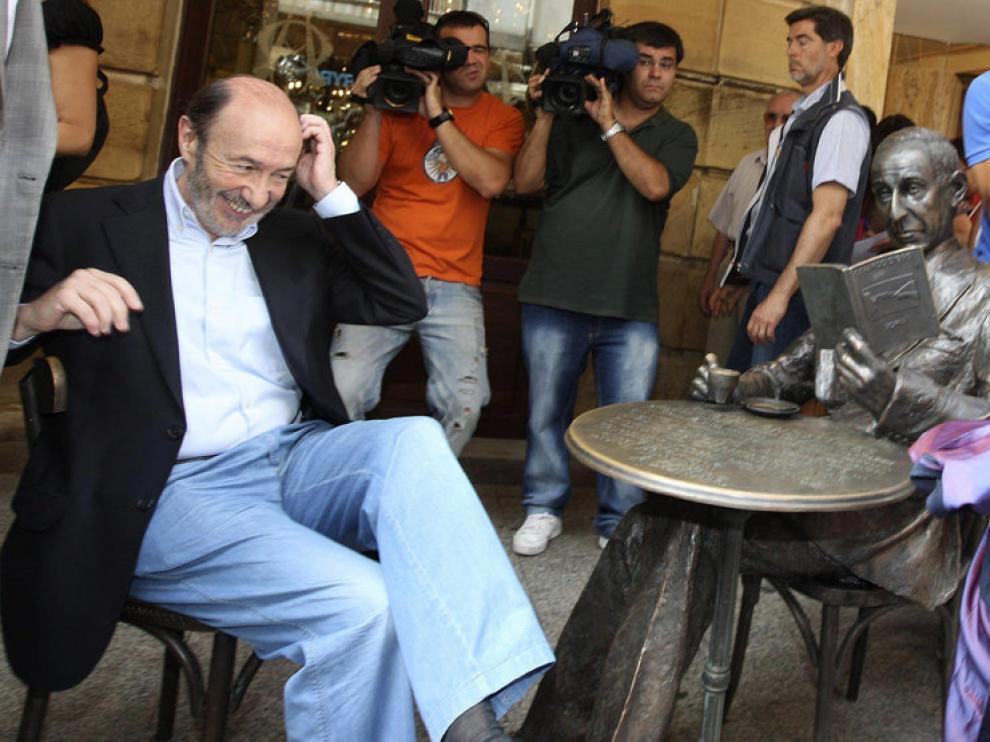 Rubalcaba ha posado junto a la estatua del poeta Gerardo Diego en Soria