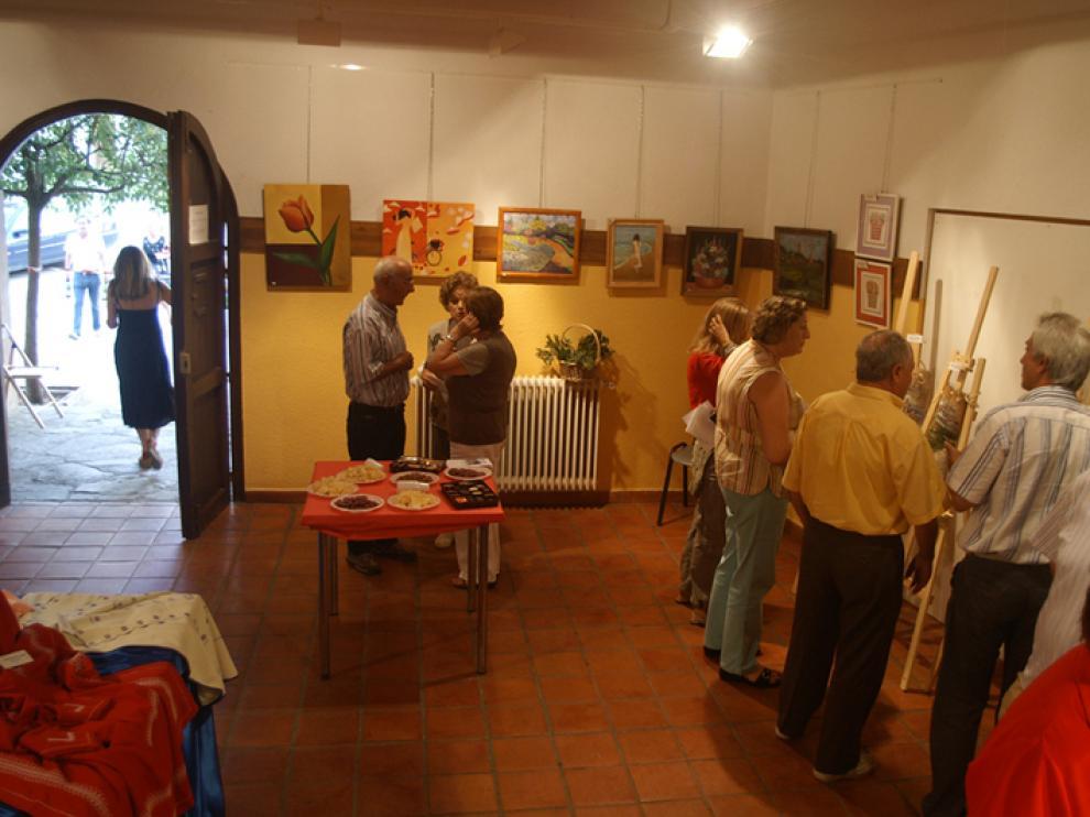 Varias personas visitan la nueva exposición en Tolva, que se repite año tras año y que permanecerá hasta el 15 de agosto.
