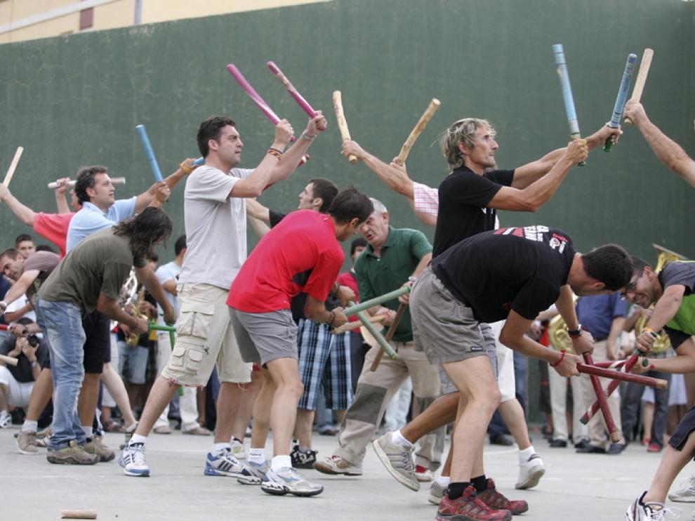 Los danzantes de Huesca ejecutan el baile de los palos viejos en el ensayo general que tuvo lugar ayer en el patio del colegio Pío XII.