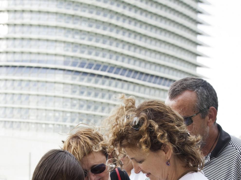 Varios 'geoachers' residentes en Zaragoza anotan su nombre en el libro de visitas del tesoro.