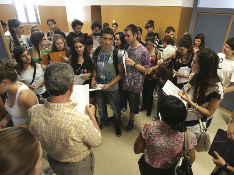 Un grupo de preuniversitarios, antes de entrar a las pruebas de selectividad el pasado junio en Huesca.