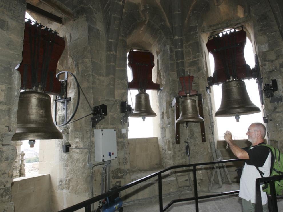 Un turista fotografiaba ayer las campanas recién restauradas en al torre de la catedral.