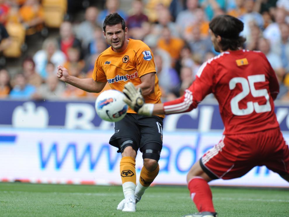 El jugador del Wolverhampton Jarvis dispara a la portería defendida por Leo Franco