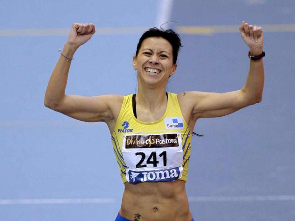 La atleta zaragozana Isabel Macías celebra su victoria en la prueba de 1.500 femeninos de los Campeonatos de España de Pista Cubierta
