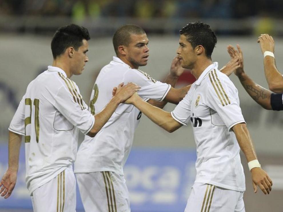 Los jugadores del Madrid celebran uno de los seis goles del partido