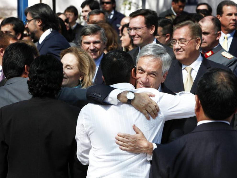 Piñera saluda a uno de los mineros rescatados el año pasado