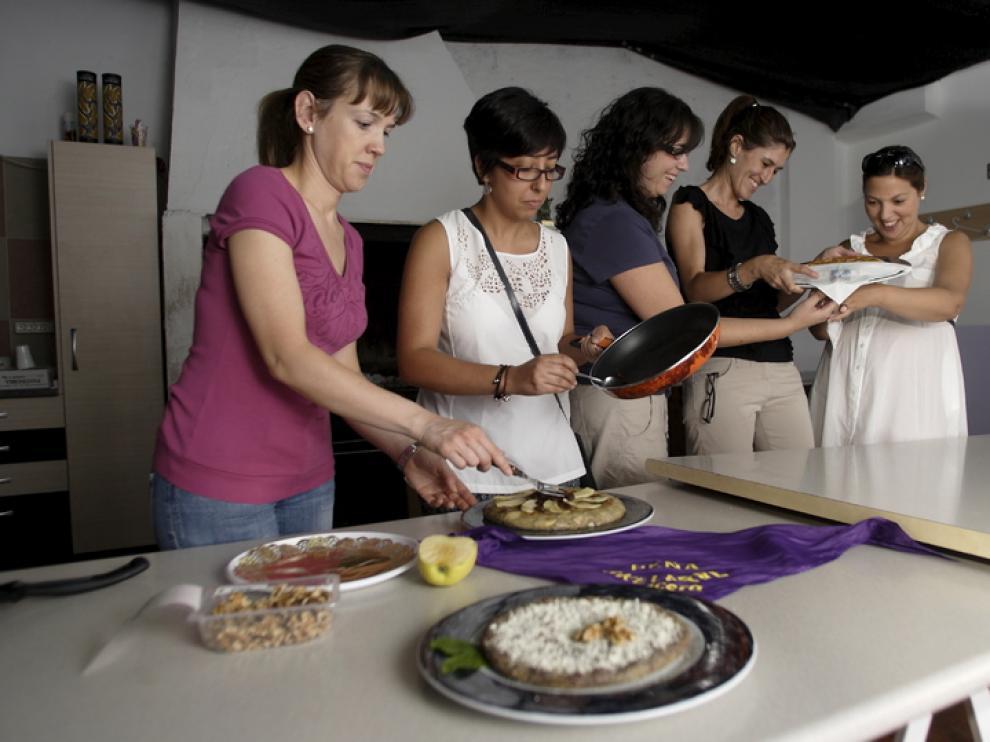 La peña El Akelarre preparaba ayer sus tortillas para el concurso.