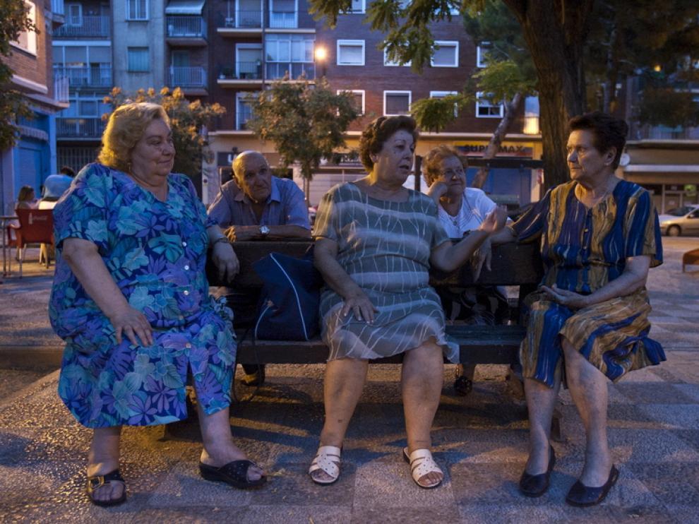 El grupo de vecinas de las Fuentes, en su banco favorito de la plaza de Nuestra Señora del Portal.